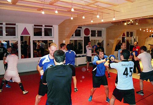 Fussballer trainieren Kampfsport