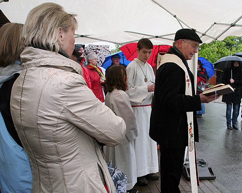 Pfarrer Bier segnet Moerschenhardt