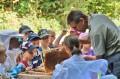 Kinder betrachten eine ausgebaute Wabe.JPG