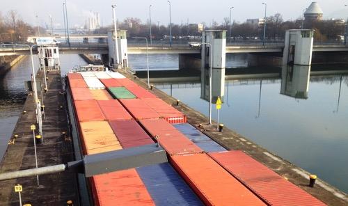 Containerschiff in der Schleuse Heilbronn