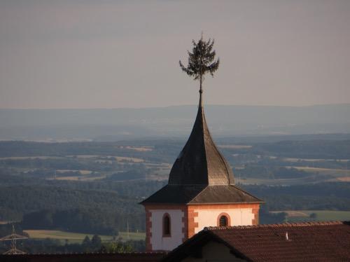 Maibaum Kirche