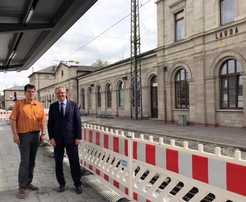15 05 09 Ortsbegehung Bahnhofsgelände Oberlauda Tag der Städtebauförderung Stadtbaumeister Tobias Blessing und Alois Gerig