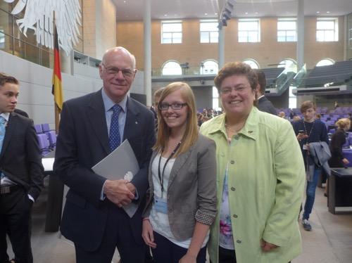 Svenja Pflüger (Mitte) mit Bundestagspräsident Prof. Dr. Norbert Lammert (links) und Margaret Horb MdB im Plenarsaal