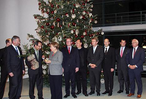 Kanzlerinnentanne in Berlin ueberreicht