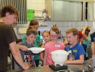 Ferienkinder machen Eis