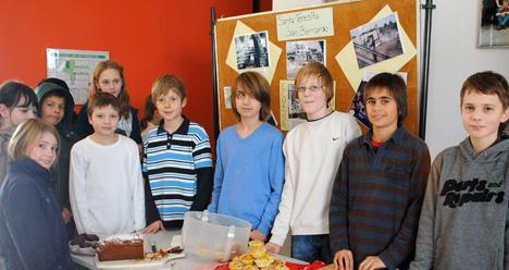 Schüler der 7. Klassen beim Kuchenverkauf in der großen Pause. <i>(Foto: Christian Jung)