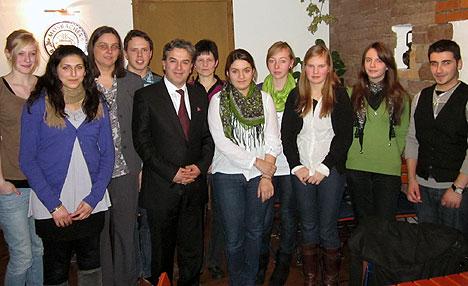 Der neu gewählte Jugendgemeinderat Mosbach mit MdB Memet Kilic (5.v.li.) und der grünen Landtagskandidatin Simone Heitz (3.v.li.). (Foto: Klaus Brauch-Dylla)