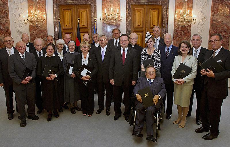 Ministerpraesident-Stefan-Mappus-mit-den-Ordenstraegern.-Foto--Staatsministerium-Baden-Wuerttemberg